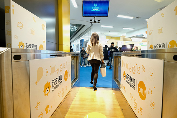 A customer looks at the camera using facial recognition to pay for his purchases in an intelligent self-service store - Suning Biu from appliance chain store Suning in Shanghai, China, 7 November 2017. [Photo: thepaper.cn]