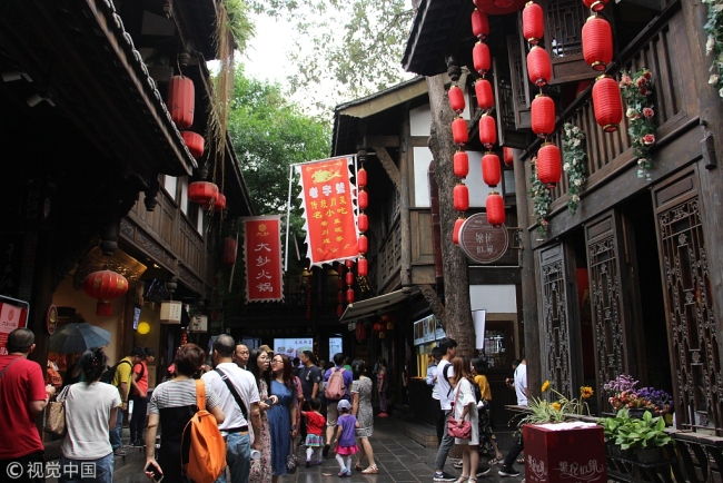 Tourists visit Jinli, a traditional lane, in Chengdu, capital of southwest China's Sichuan Province. [File photo: VCG]