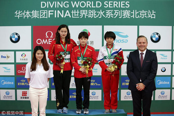 Gold medalist Zhang Jiaqi of China (Center), silver medalist Ren Qian of China (2nd left) and bronze medalist Kim Kuk Hyang of the Democratic People's Republic of Korea (DPRK), pose for photos during the awarding ceremony of women's 10m platform event at the FINA Diving World Series 2018 in Beijing on March 11, 2018. [Photo: VCG]