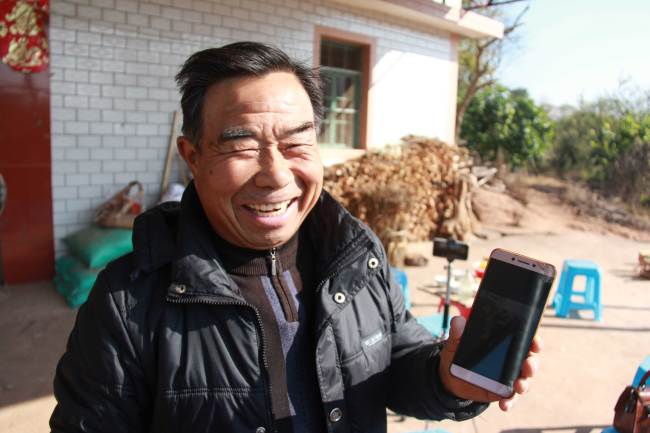 Using the e-commerce platform and smart phone to his advantages, Deng Daqing has opened an online store on WeChat, a popular Chinese multi-function messaging and social networking app. [Photo: China Plus/ Li Shiyu]
