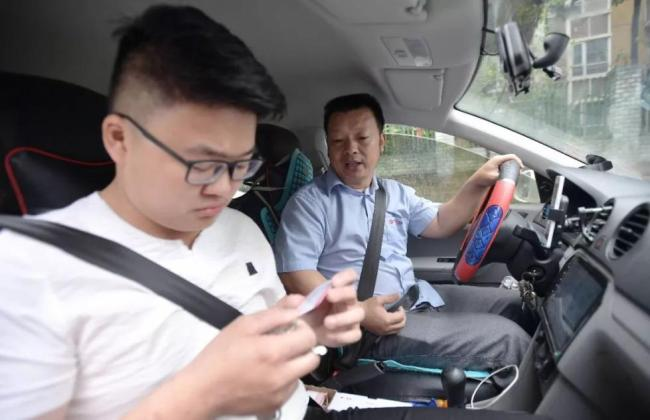 Wang Mingqing(Right), a driver of a ride-sharing company in Chengdu, Sichuan Province, who had been looking for his missing daughter for 24 years. [File Photo: Xinhua]