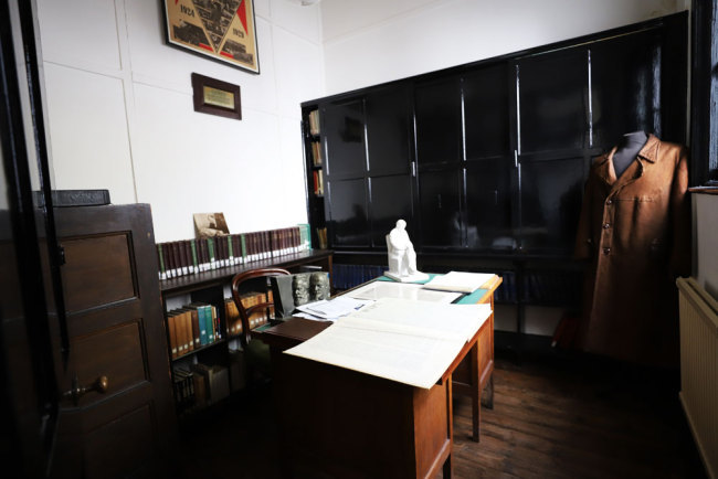 """The """"Lenin Room"""" of the Marx Memorial Library where Lenin worked in exile in 1902 and 1903 [Photo: China Plus/Duan Xuelian]"""
