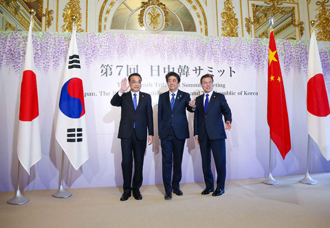 Chinese Premier Li Keqiang (L), Japanese Prime Minister Shinzo Abe (C) and South Korean President Moon Jae-in pose for photos at a trilateral meeting in Tokyo on Wednesday, May 9, 2018. [Photo: gov.cn]
