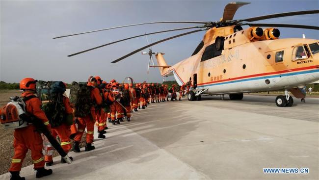 Firefighters board a helicopter to extinguish fire in a national nature reserve in the Greater Hinggan Mountains, North China's Inner Mongolia autonomous region, June 3, 2018.[Photo/Xinhua]