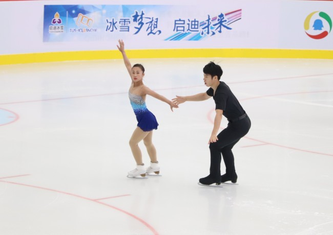 Chinese figure skating pair Li Xiangning and Xiezhong from China's national team perform at the opening ceremony of 2018 Chinese figure skating interclub league in Beijing on June 30, 2018. [Photo: Dongchang /Tus ice&snow ]