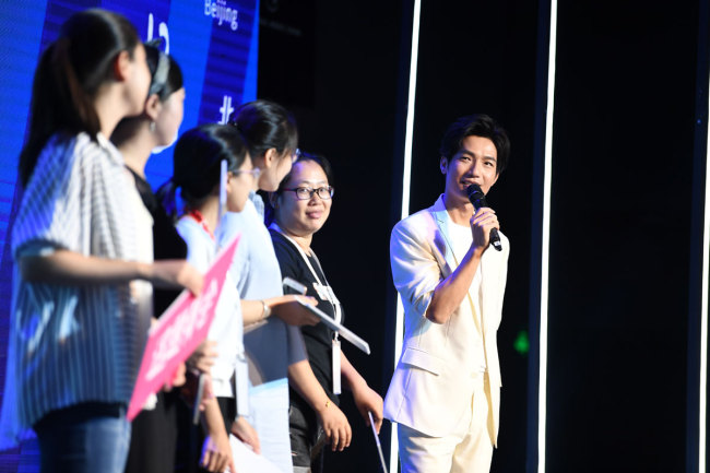 Singer Chen Chusheng (right) attends a promotional event on Wednesday, July 25, 2018 in Beijing for his new album, where he also announced that he would join Universal Music China.[Photo: China Plus]