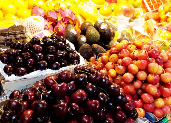 Fruits are on the shelves of the Sanyuanli Market in Chaoyang District, Beijing. [Photo: IC]