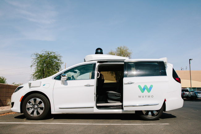Google's sibling company Waymo is starting the world's first commercial self-driving car service in early December, building a direct rival to Uber and Lyft. [File Photo: VCG]