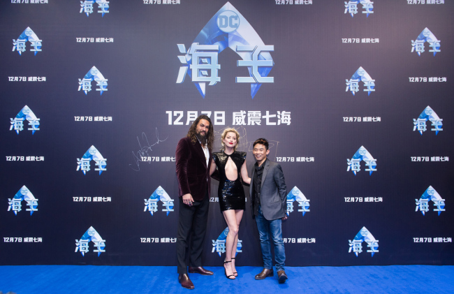 'Aquaman' director James Wan (right), with stars Jason Momoa (left) and Amber Heard (right), pose for a picture at the movie's premiere in Beijing on November 18, 2018. [Photo provided to China Plus]