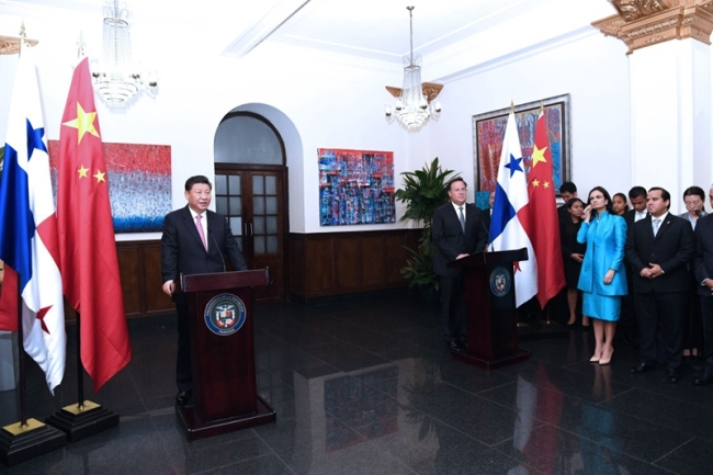 Chinese President Xi Jinping and his Panamanian counterpart Juan Carlos Varela meet with representatives of Chinese and Panamanian entrepreneurs on December 3, 2018. [Photo: Xinhua]