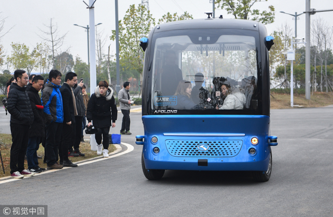 A driverless mini bus ferries visitors around an ecological park in Wuhan, Hubei Province on December 14, 2018. [File photo: VCG]