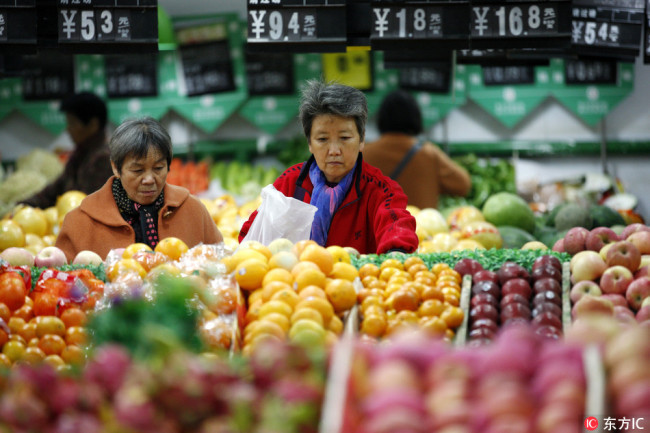 Chinese customers buy fruits at a supermarket in Huaibei city, east China's Anhui province. [Photo: IC]