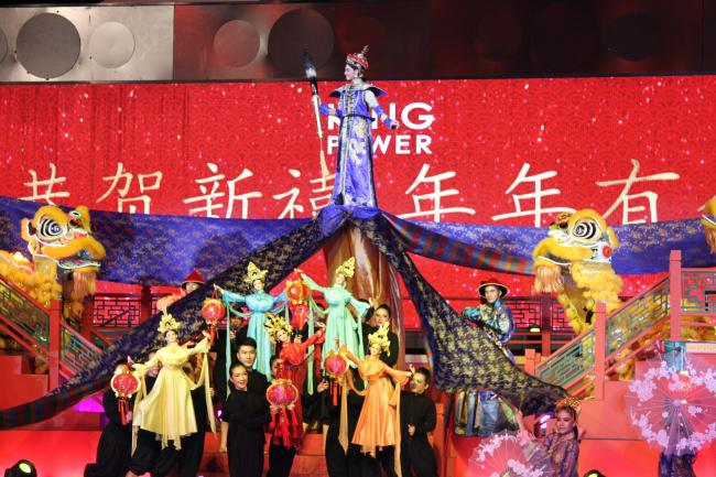 A dazzling Chinese style song and dance performance at a shopping mall in Thailand to mark the first day of the Lunar New Year on February 5, 2019. [Photo: China Plus/Li Min]