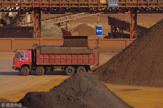 Workers load iron ore near a port in Rizhao, Shandong Province, on February 16th, 2019. [File Photo: VCG]