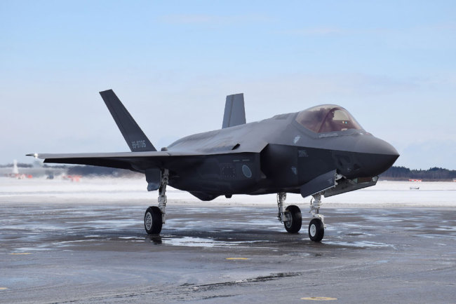 This picture taken on January 26, 2018 shows an F-35A stealth fighter jet of Japan's Self-Defence Forces at Misawa airport in Aomori prefecture. [File photo: JIJI PRESS / AFP]