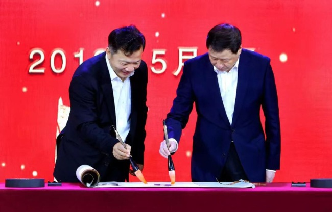 The president of China Media Group,Shen Haixiong (L), and the mayor of Shanghai, Ying Yong (R), attended the launch of the 5G+4K+AI media laboratory on Sunday.[Photo: CCTV]