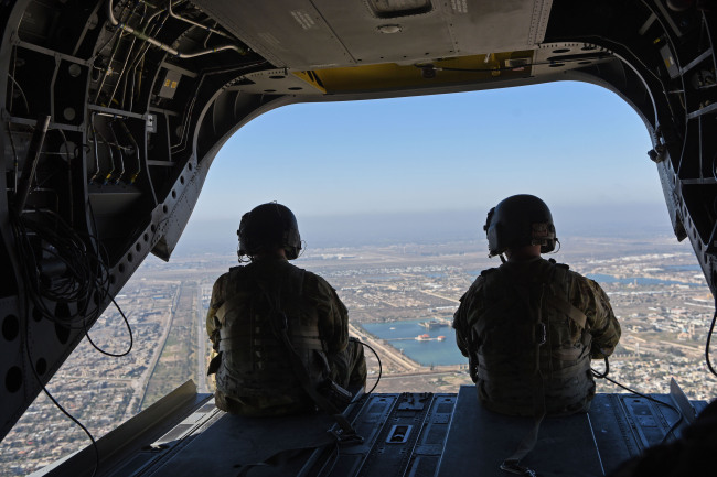U.S. crew members conduct overflight observations during a Chinook helicopter flight from the Baghdad Diplomatic Support Center to the Green Zone, in support of a visit by U.S. Acting Defense Secretary Patrick M. Shanahan, Baghdad, Iraq, Feb. 12, 2019. [File Photo: IC]
