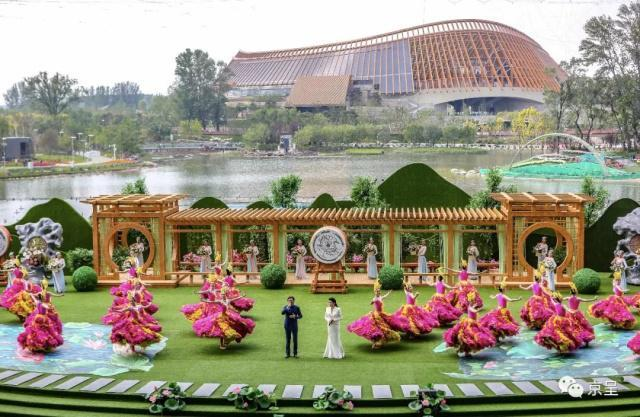 Singers and dancers perform at the Guirui Performance Center at the Beijing Horticultural Expo to mark China Pavilion Day on Thursday, June 6, 2019. [Photo: Beijing Daily]