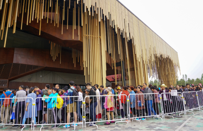 Visitors line up in front of the Botanic Garden of Beijing horticultural expo on May 13, 2019. [Photo: IC]