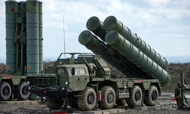 Anti-aircraft defense system S-400 Triumph of an air defense regiment in Feodosia, Russia. [File photo: VCG]