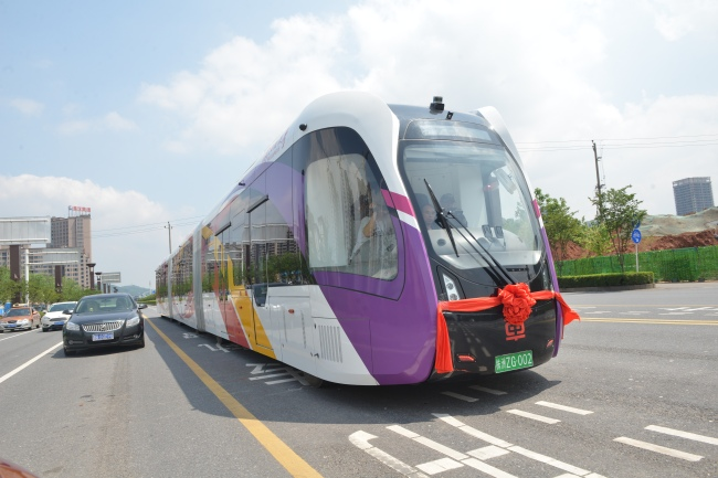 A railless train, developed by the CRRC Zhuzhou Institute Co. Ltd, runs on the world's first ART (Autonomous Rail Rapid Transit) A1 line in Zhuzhou city, central China's Hunan province, May 8, 2018. [File Photo: IC]