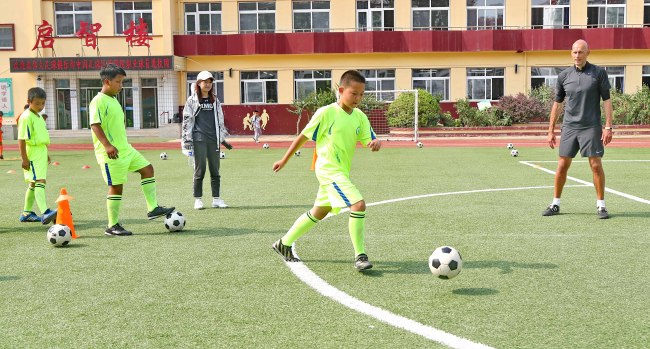Students are receiving football training, at a primary school, in Qinhuangdao, Hebei Province, on June 27, 2019. [File Photo: IC]