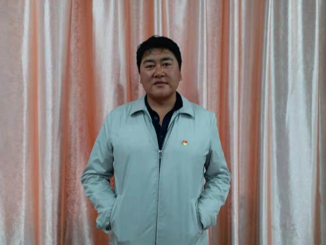 Zhu Zhui, the headmaster, has been serving Diqin Demonstration Elementary School for eight years. [Photo: from China Plus]