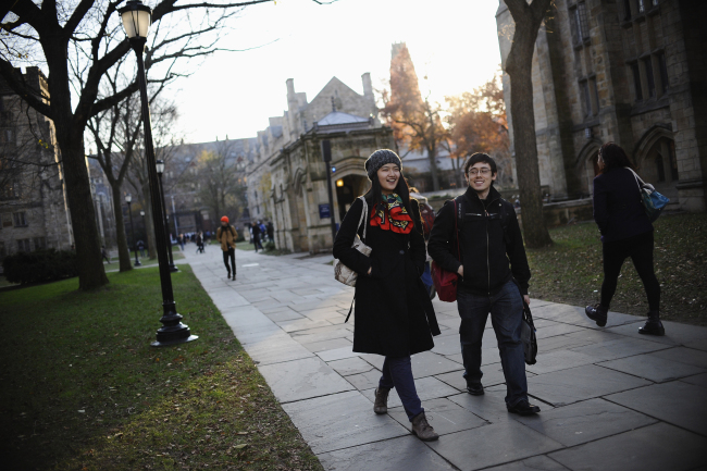 A Yale University sophomore, left, walks with his friend on the school's campus in New Haven, Connecticut. [File Photo: IC]