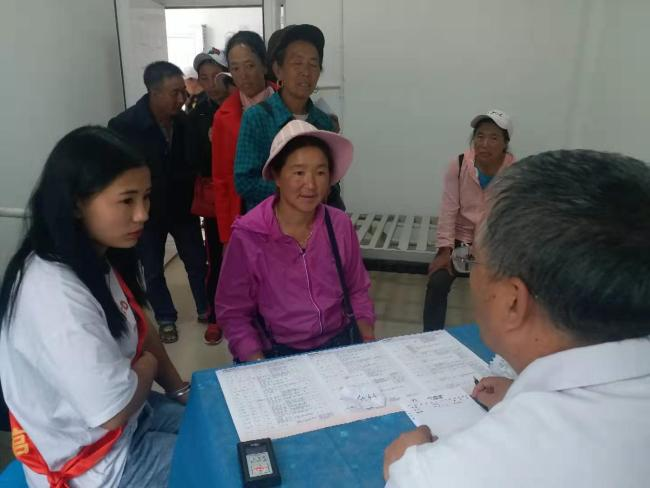 Dekyi was interpreting at a free clinic, for medical volunteers from several prestigious hospitals across the country who come to her hometown to help the locals. [Photo: from China Plus]