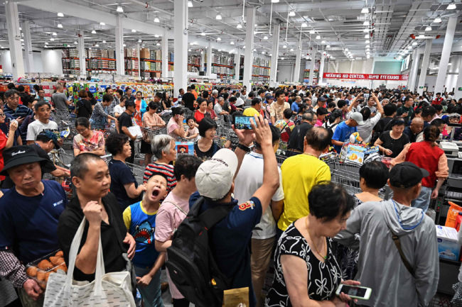 Tens of thousands of consumers flood into the first Costco outlet in China, on the store's opening day in Shanghai on August 27, 2019. [Photo: VCG]
