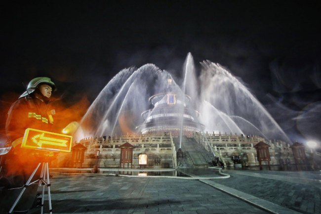 Firemen take part in an emergency drill(应急演练 yìngjí yǎnliàn) for the protection(保护 bǎohù) of the Hall of Prayer for Good Harvests at Temple of Heaven Park(天坛公园 Tiāntán Gōngyuán) in Beijing, September 6, 2019.[Photo: IC]