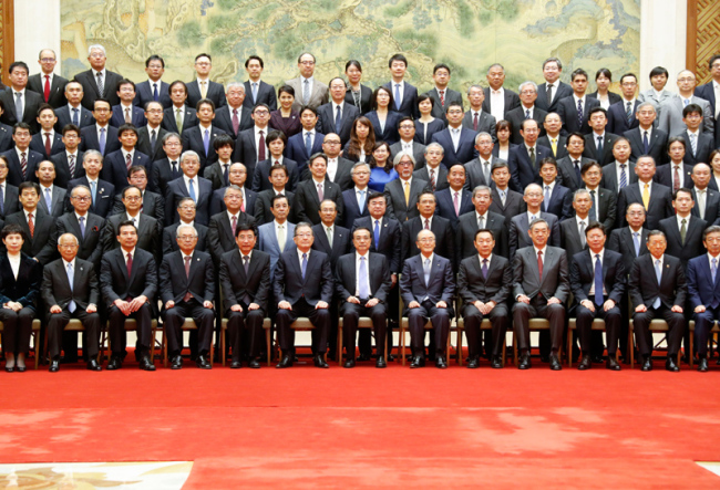 Chinese Premier Li Keqiang poses for a group photo with a delegation from Japan's business community in Beijing on Wednesday, September 11, 2019. [Photo: gov.cn]