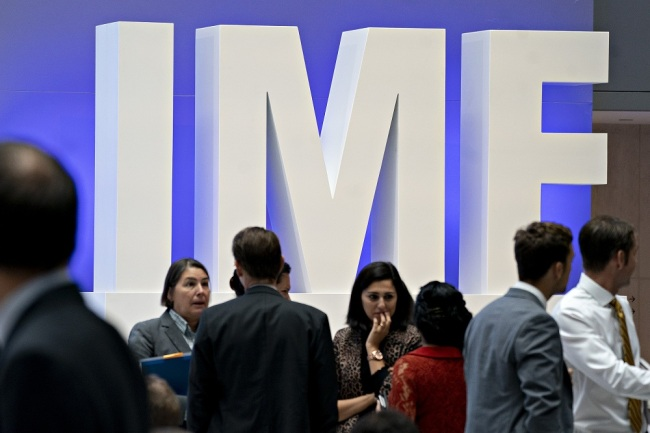 International Monetary Fund (IMF) signage stands in the atrium ahead of the IMF and World Bank Group Annual Meetings in Washington, D.C., U.S., on Tuesday, Oct. 8, 2019. [File Photo: VCG]